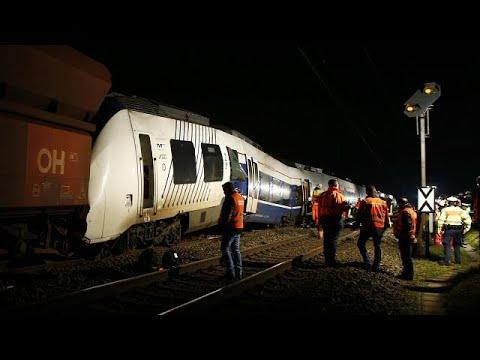47 Verletzte - Regionalzug fährt zwischen Krefeld und Neuss auf Güterzug auf