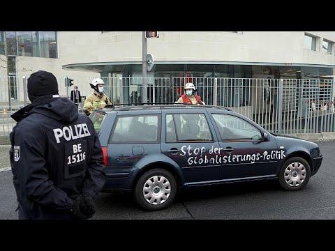 Auto fährt ins Bundeskanzleramt in Berlin - mit seltsamen Slogans